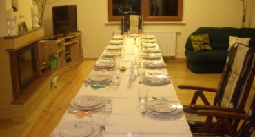 stół czeka na gości